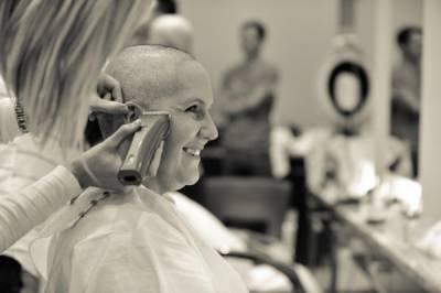 姊妹淘的感人友情!一人得癌症,全體剃光頭