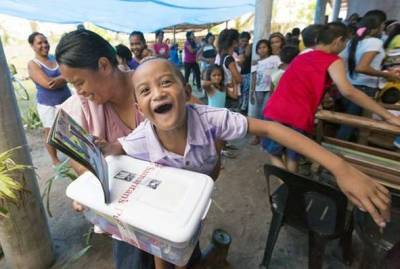 14年前,美國一位小男孩寄了一份聖誕禮物給菲律賓小女孩,14年後他們兩人竟然穿越距離結為夫妻了!
