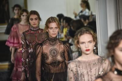 【2017春夏巴黎時裝週現場直擊】捕獲范冰冰!設計師一枝獨秀依舊精彩的Valentino