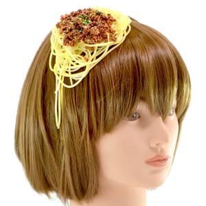 讓自己看起來很美味?日本「奇葩食物飾品」沒想到居然一下子賣到完售了!網友:「把炒麵戴在頭上,這...真的是恥度無極限啊XD」