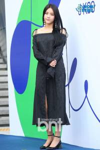 AOA惠晶等出席時裝秀 高叉長裙優雅性感