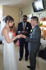 這對新人24小時內光速結婚,為的是病危的媽媽
