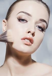 還在用容易浮粉的粉底棒修飾腮幫子? 提亮 Strobing 五官 肉毒+晶亮瓷打造小V臉