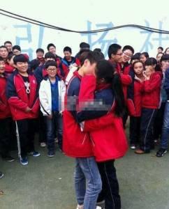 初中生求愛接吻同學圍觀祝福