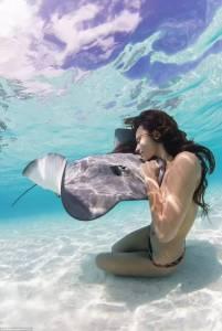 真人版美人魚?她赤身裸體和鯊魚們嬉戲,像是海的女兒,更像是魚類女王...