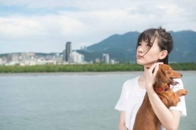 「孤單的輕熟女沒有戀人時,最好的陪伴就是養一隻狗!」新加坡歌手郭美美唱出輕熟女孤獨生活的日常...
