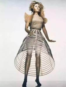 當這個有「12條腿的女人脫下裙子」,你才知道她有多美!