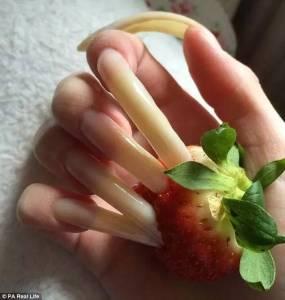 這是人的手嘛!?沒想到長相甜美的她,因為一時的興起可以「不剪指甲3年」,她居然還可以把指甲變成....