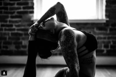 這名教練「那個來」還穿白褲教學生做瑜珈,被批不知羞恥!沒想到大家知道「事實的真相」後全都佩服起她來!