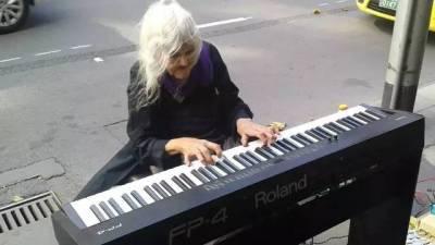 當這個82歲的奶奶流浪在街頭,於是他做了這項舉動,580萬人為她停留,整座城市視她為榮譽象徵!