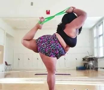 她脫下衣服震驚了無數人:女人90公斤並沒有那麼可怕!