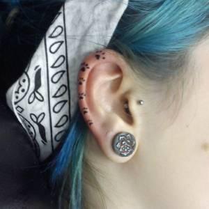 怕痛不敢打耳洞嗎?6種超美「耳骨刺青」讓你不用打洞就美到爆! 4 耳後刺一排花也太美了吧!