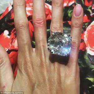 結婚五年,億萬富豪老公給她買了個70克拉的鑽戒…鴿子蛋都沒有這麼大啊!