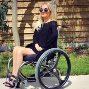 15歲全身癱瘓,用10年成為英國最火美妝達人!再也不敢說自己是手殘黨了
