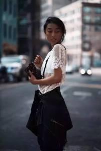 身高160,大臉 黑皮,這個華裔姑娘憑一張手機照跟範爺平起平坐