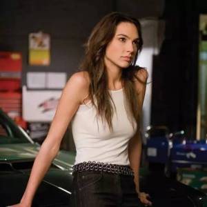 參軍 飆車 玩刀槍,懷孕5個月拍打戲,這個辣媽才是真正的神力女超人,一年狂賺640億