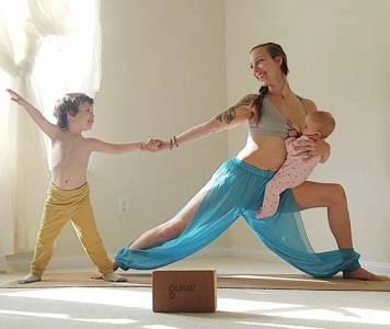 30歲生3娃的辣媽邊餵奶邊練瑜伽,畫面震撼了無數人!