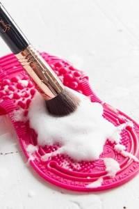 萬年不洗刷,別怪痘痘發!3步驟教妳清潔刷具 保養上妝好夥伴