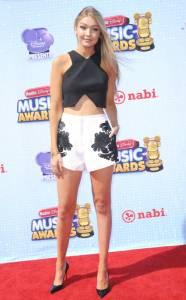 高溫不怕~學Gigi Hadid這樣穿,短褲立馬時髦又有型!