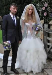 5件「新娘想展現出魅力卻用力失敗」的超崩潰婚紗設計。 2 妳的雙乳這麼尖還敢露出來