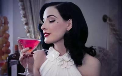 她在酒杯裡跳脫衣舞,和小12歲男友戀愛,45歲還把全世界迷得神魂顛倒!
