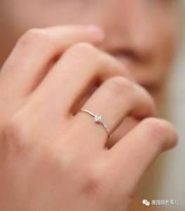 男友拿著鑽戒向她下跪求婚,她甜蜜蜜問了一句話,卻再也忍不住怒火...
