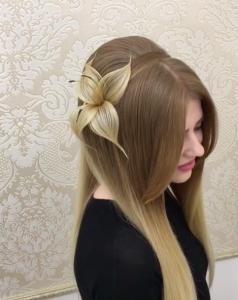 這名設計師把普妹的頭髮開始撕成一條一條,接著「瞬間往右一撥」,看到的人瞬間抽氣連連!