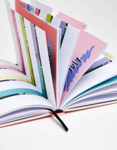 上班族也想購入的時尚文具!《Bershka》粉嫩筆記本 亮麗鍵盤套,幫你圓個少女夢