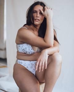 自信才是美!大尺寸模特兒Candice Huffine任內衣模特展自信,「病態美」風潮退散...