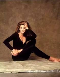22歲拍裸照,29歲成全球最賺錢超模,32歲二嫁豪門,51歲依然凍齡驚艷,這個超模媽媽活成了時尚圈的不老神話!