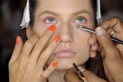 黑眼圈到底怎麼遮?彩妝大師教妳善用「萬能珊瑚色」搞定難纏黑眼圈