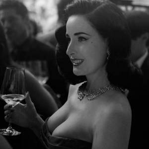 她是全世界最性感的脫衣舞娘!從身價13億的名媛到職業「艷星」轉為霸道總栽,如今45歲的她還有個小12歲的貴族帥男友……