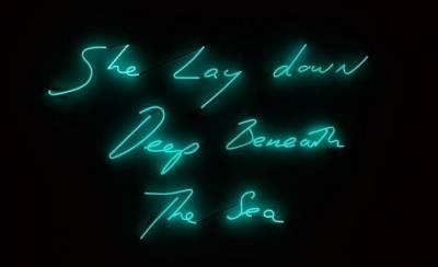 她將睡過的男人名字寫在帳篷里,也用霓虹燈點亮了最浪漫的情話