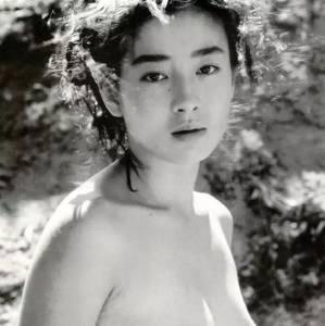 17歲被親媽騙去拍裸照,一直活在母親的陰影下,最終憑藉自身實力活出了自我