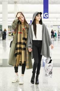 針織斗篷 經典風衣搭配格紋圍巾迎戰「秋老虎」 歐陽妮妮 歐陽娜娜的機場時尚
