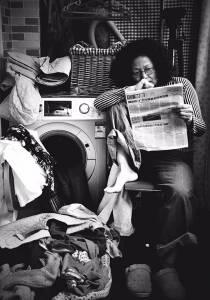 她神似潘虹,曾是流水線工人,玩「自拍」擊退惡性腫瘤,58歲辦個人影展,一夜火遍全國!