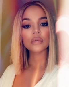 連Kylie Jenner都被燒到!剪出今夏最火熱的髮型「Glass Hair」,3特點,一秒擁有滑順的玻璃感髮質~