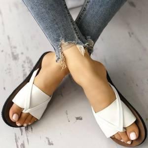 2019夏季流行涼拖鞋趨勢!豹紋 一字持續發燒外,其實這兩款才是決定今年夏天時髦的關鍵!