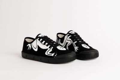 agnès b. 聯名小白鞋太可愛!黑白配經典蜥蜴圖騰,簡約又百搭!