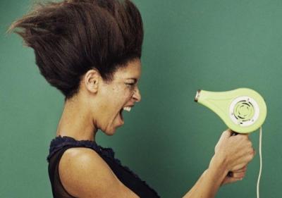 吹頭髮不用「冷風」虧大了!髮型師警告5種「傷害髮質」行為,吹風機溫度是關鍵尤其機車族!