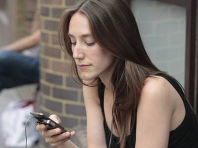 不當使用手機竟會使人變醜!!長期低頭會讓下巴肌肉…