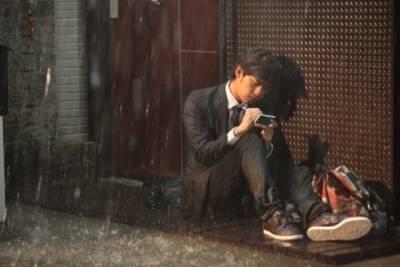 眼睛為他下著雨,心卻為他打著傘,這就是愛情!