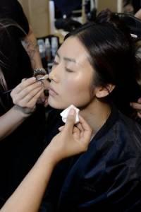 不脫妝 不出油的抗熱底妝3步驟--VOGUE時尚網