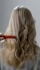 敏感頭皮洗髮精要慎選!專家教你用一把梳子檢測頭皮是否健康,別跟80 人犯一樣的錯