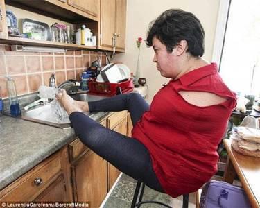 天生沒有雙臂的母子,使用雙腳堅強生活,他們的精神令人敬佩
