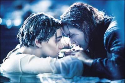 一對夫妻遇上海難 ,丈夫竟把老婆推下海,自己跳上救生艇...
