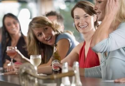 愛喝酒的女人,倒的是酒,喝的是情,醉的是愛。