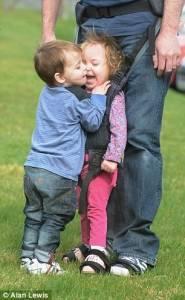 孩子一生下來就癱瘓,你能為他做什麼?這個爸爸做了意想不到的事…