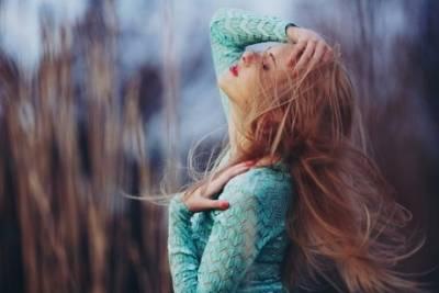 我很想做個小女人,在累的時候會有個人摸摸我的頭!