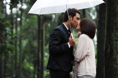 當粗心遇上了細心,找老公就要找會幫你送傘的男人